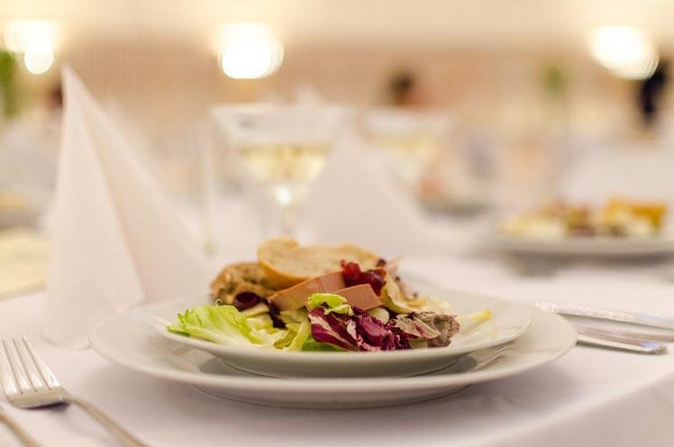 Tijd besparen met catering huren voor je feest